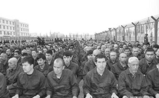 Une des rares images accessibles au public de minorités ethniques incarcérées dans la région de Xinjiang en Chine montre des détenus du «centre d'éducation et de formation numéro 4 du comté de Lop» en train d'écouter un discours de « dé-radicalisation », le 7 avril 2018. Photo identifiée par Concerned Scholars of Xinjiang.